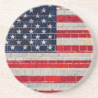Posavasos De Arenisca Bandera de América en una pared de ladrillo