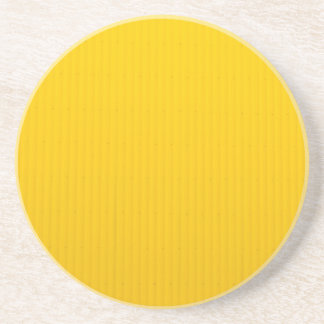 Posavasos De Arenisca Chica que camina contra la pared amarilla enorme