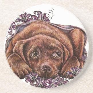 Posavasos De Arenisca Dibujo del perro y de los lirios de Brown Labrador
