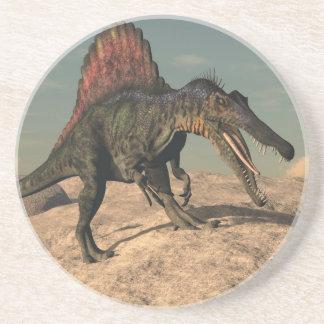 Posavasos De Arenisca Dinosaurio de Spinosaurus que caza una serpiente
