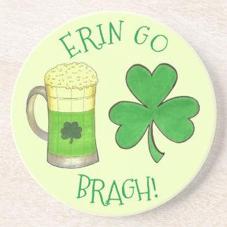Posavasos De Arenisca Erin va verde de la cerveza del trébol del día de