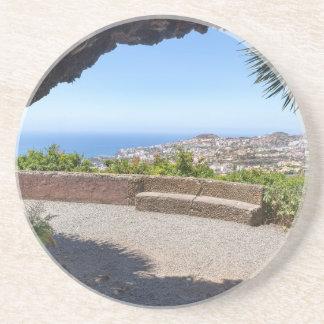 Posavasos De Arenisca Excave la perspectiva en el mar y el pueblo en