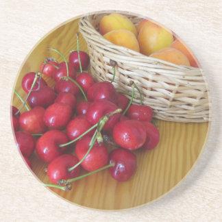 Posavasos De Arenisca Frutas frescas del verano en la tabla de madera