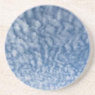 Posavasos De Arenisca Muchas pequeñas nubes suaves contra fondo del