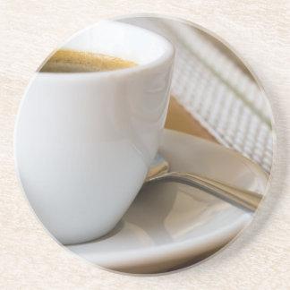 Posavasos De Arenisca Pequeña taza de café express en un platillo con el