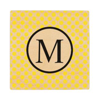 Posavasos De Madera Monograma simple con los lunares amarillos