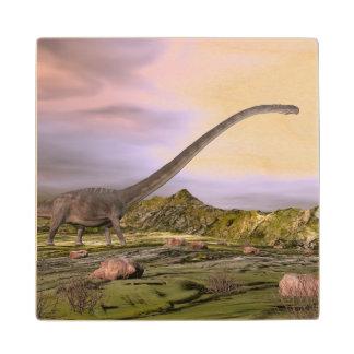 Posavasos De Madera Omeisaurus que camina en el desierto por puesta