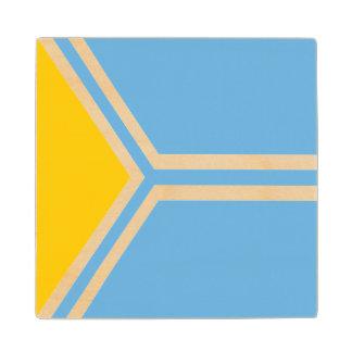 Posavasos De Madera Tuva señala por medio de una bandera