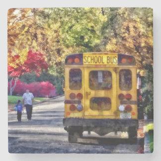 Posavasos De Piedra Detrás del autobús escolar