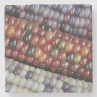 Posavasos De Piedra Maíz en la mazorca de cristal colorido de la gema