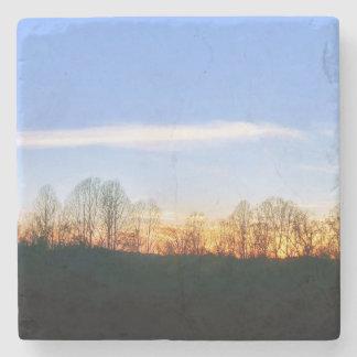 Posavasos De Piedra Puesta del sol detrás de árboles