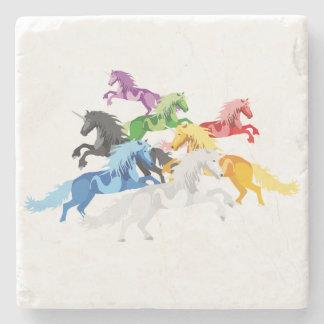Posavasos De Piedra Unicornios salvajes coloridos del ejemplo