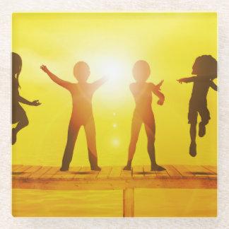 Posavasos De Vidrio Niños que juegan en el verano en un embarcadero