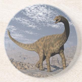 Posavasos Dinosaurio de Spinophorosaurus que camina en el