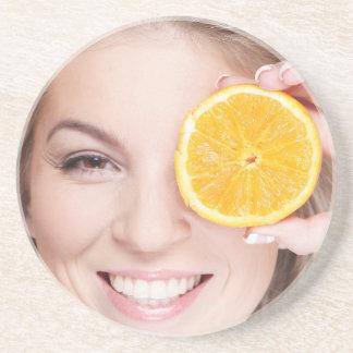 Posavasos Mujer con el naranja, fruta de la comida de la