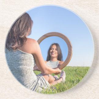 Posavasos Mujer en la naturaleza que ve su imagen de espejo