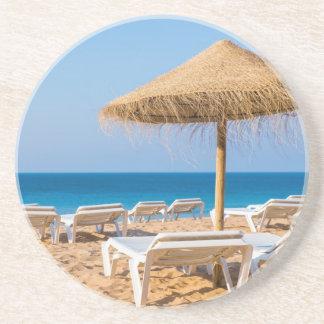 Posavasos Parasol de mimbre con la playa beds.JPG