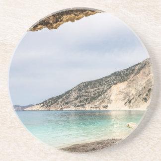 Posavasos Perspectiva de la cueva en la montaña y la playa