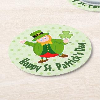 Posavasos Redondo De Papel Leprechaun del día de un St Patrick que sostiene