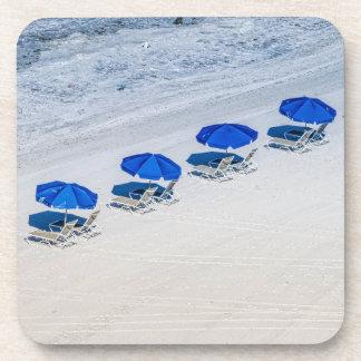Posavasos Sillas de playa con el paraguas azul en la playa