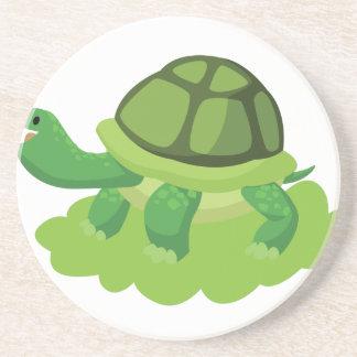 Posavasos tortuga que camina en la hierba