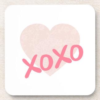 Posavasos XOXO y un corazón rosado