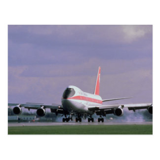 Postal 747 tierras en el aeropuerto internacional de