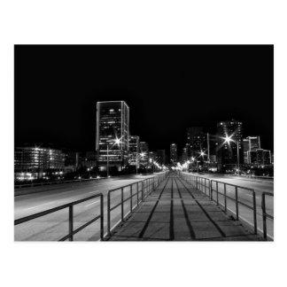 Postal 9no puente de la calle que cruza en la noche