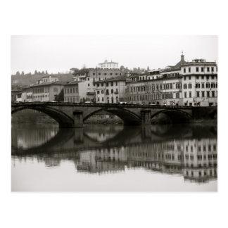 Postal A lo largo del Arno en Florencia, Italia