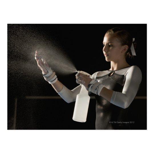 Postal Agua de rociadura del gimnasta en las manos