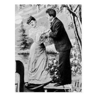 Postal Amantes románticos del vintage en un barco