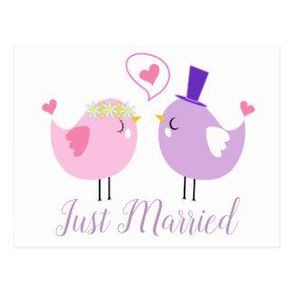 Postal Apenas Lovebirds casados rosados y boda púrpura