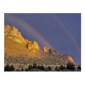Postal Arco iris doble sobre una formación de roca cerca