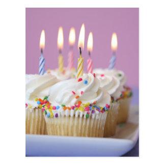 Postal Bandeja de magdalenas del cumpleaños con las velas