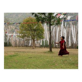 Postal Banderas jovenes del monje y del rezo