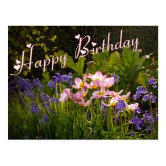 Postal bluebells y flores rosadas