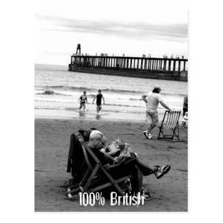 Postal Británicos chistosos en la playa en monocromo