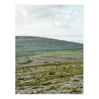 Postal Burren se nubla las colinas de las montañas
