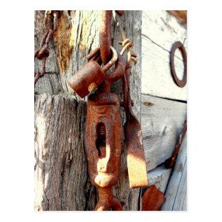 Postal Cadena y herramientas viejas oxidadas