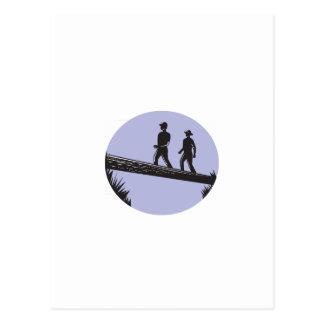 Postal Caminantes que cruzan el solo grabar en madera del
