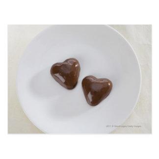 Postal Caramelos de chocolate en forma de corazón en una