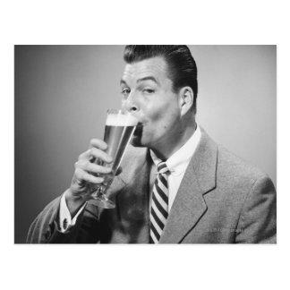 Postal Cerveza de consumición del hombre de negocios