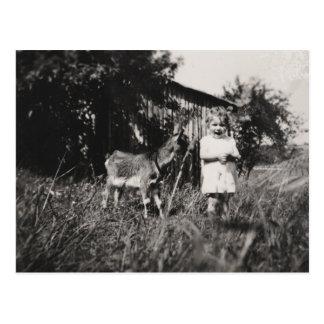 """Postal """"chica con la cabra """""""