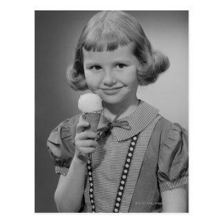 Postal Chica que come el helado