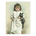 Postal Chica victoriana de época en un camisón con su gat