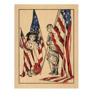 Postal Chica y muchacho patrióticos del vintage con la