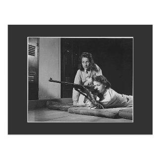 Postal Chicas con los armas, los años 40