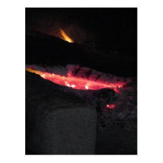 Postal Chimenea ardiente con las llamas del fuego en