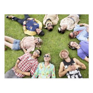 Postal círculo de amigos, hierba, felicidad, sonriendo,