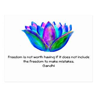 Postal Cita de la libertad de Gandhi con la foto del flor